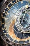 Gammal klocka i den Prague tjeckrepubliken Arkivbilder