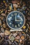 Gammal klocka i retro tappningbakgrund för konst Arkivfoton