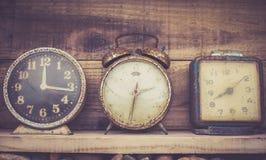 Gammal klocka i retro tappningbakgrund för konst Fotografering för Bildbyråer