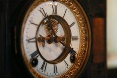 Gammal klocka i rummet Arkivfoto