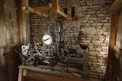 Gammal klocka i stenhus arkivfoto