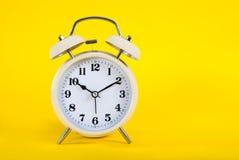 Gammal klocka med klockor som isoleras på rosa bakgrund Royaltyfri Fotografi
