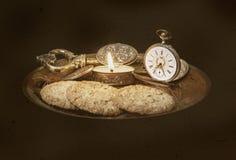 Gammal klocka och en stearinljus Royaltyfri Foto