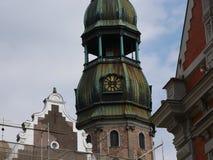 Gammal klocka på ett torn Arkivbild