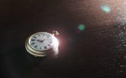 Gammal klocka på skrivbordet Arkivbilder
