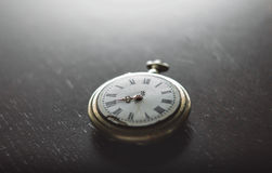 Gammal klocka på skrivbordet Royaltyfri Bild