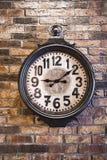 Gammal klocka på väggen Royaltyfria Foton