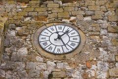 Gammal klocka på medeltida kyrka Royaltyfria Foton