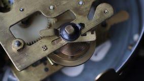 Gammal klocka som arbetar, skjuten closeup Slut upp av en mekanism för inre klocka Tappningklockakugghjul