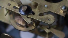 Gammal klocka som arbetar, skjuten closeup Stäng sig upp av en klockamekanism Tappningklockakugghjul