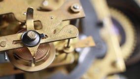 Gammal klocka som arbetar, skjuten closeup Tappningklockan utrustar rörelsemakro