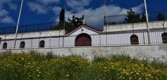 Gammal kloster på berget i en av städerna av Grekland royaltyfria foton