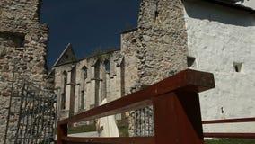 Gammal kloster som skjutas från en låg vinkel stock video
