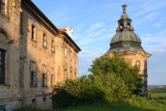 Gammal klosterbyggnad med buskar och det lilla tornet Royaltyfri Fotografi
