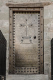 Gammal klosterdörr med metalldekoren Royaltyfri Bild
