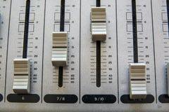 Gammal knapputrustning i ljudsignal blandande konsol Royaltyfria Bilder