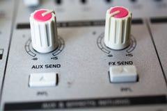 Gammal knapputrustning i ljudsignal blandande konsol Arkivbilder