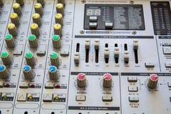 Gammal knapputrustning i ljudsignal blandande konsol Fotografering för Bildbyråer