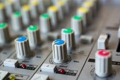 Gammal knapputrustning i ljudsignal blandande konsol Arkivbild