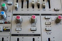 Gammal knapputrustning i ljudsignal blandande konsol Royaltyfria Foton