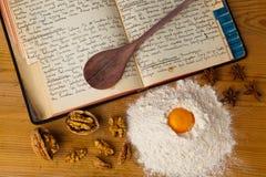 gammal kokbok Arkivbilder