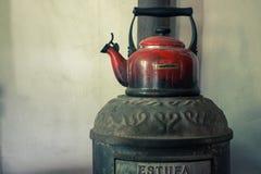 Gammal kokkärl med vatten arkivbild