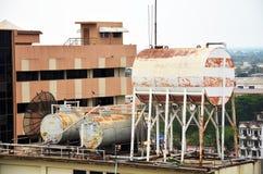 Gammal kokkärl- och vattenbehållare på tak av byggnadshotellet arkivfoto
