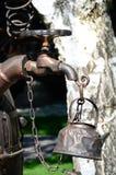 Gammal kokkärl under vattenkranen Royaltyfri Fotografi