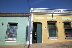 Gammal kolonial arkitektur i Ciudad Bolivar med färgglade väggar Royaltyfria Bilder