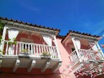 Gammal kolonial balkong i ett historiskt rosa hus, Cartagena Colombia royaltyfri bild