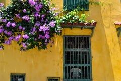 Gammal kolonial fasad i Cartagena Colombia royaltyfria foton