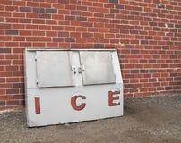 Gammal kommersiell isfrys. Arkivbild