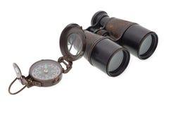 Gammal kompass och binokulärt Arkivbilder