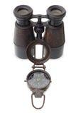 Gammal kompass och binokulärt Arkivbild