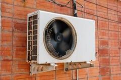 Gammal kompressorluftkonditioneringsapparat Fotografering för Bildbyråer