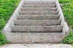 Gammal konkret trappuppgång i parkera arkivfoton