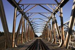 Gammal konstruktion för metalljärnvägbro Royaltyfria Bilder