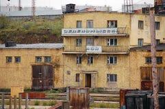 Gammal kontorsbyggnad på industriområde för flodport Royaltyfri Bild