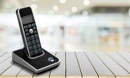 Gammal kontorstelefon på trätabellen Royaltyfria Foton