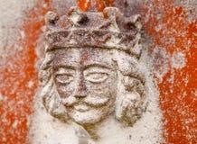 Gammal konung Sculpture på en gravsten Arkivbild