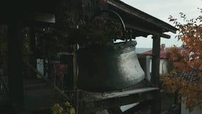 Gammal koppar som tillverkas för garnering stock video