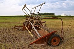 Gammal kornswather som parkeras i ett fält Royaltyfria Foton