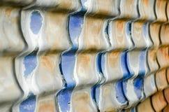 Gammal korrugerad metallbeläggning för byggnader Fotografering för Bildbyråer