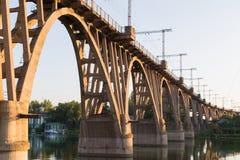 Gammal krökt järnvägsbro över floden Dnieper dnepropetrovsk Arkivbild