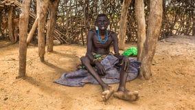 Gammal krigare från den afrikanska stammen Daasanach, Etiopien arkivfoto