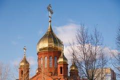Gammal kristen kyrka för röd tegelsten med guld- och förgylld kupolagai royaltyfria foton