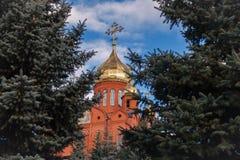 Gammal kristen kyrka för röd tegelsten med guld- och förgylld kupolagai royaltyfri foto