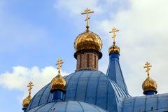 Gammal kristen kyrka i Kemerovo med guld- och förgyllda kupoler arkivfoto