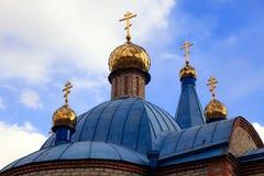 Gammal kristen kyrka i Kemerovo med guld- och förgyllda kupoler royaltyfria foton