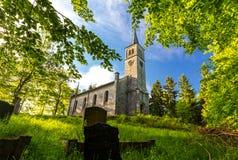 Gammal kristen kyrka och kyrkogård i parkera Arkivfoto